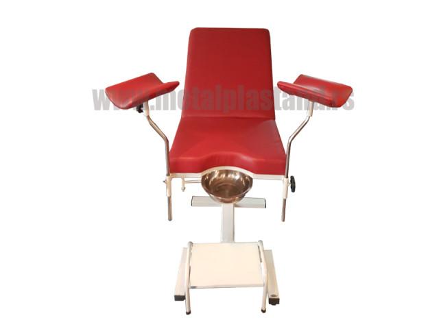 Ginekoloska fotelja sa duzim drzacima nogu i prohromskim sipkama drzaca nogu